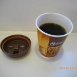 あぁ~電車がこないので~マックコーヒー(S)を飲む