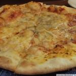 ブルーチーズのピザはハチミツをかけると最高においしくなる